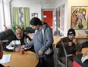 Familjen Donciu samlas på Slink In inför dagens tiggarrunda på Sundsvalls gator. De sover i en liten personbil som familjen kört genom Europa.