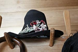 Den gamla hatten är smyckad med blommor.