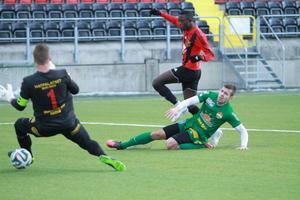I kamp med Dalkurds nyförvärv Adrijon Berbatovci satte Östersunds Modou Barrow 1–0 bakom Frank Pettersson.