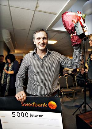 Segerchecken. Årets Gävlebo Lasse Hall fick ta emot en prischeck på 5 000 kronor och blommor. Pengarna ska han skänka till Bris, barnens rätt i samhället.
