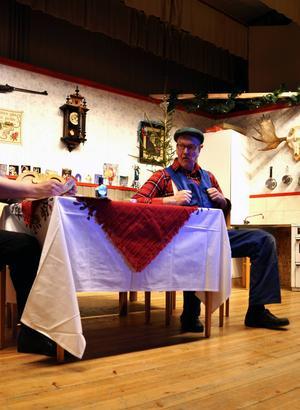 Grannen Enar och Yngwe pratar hemligheter. Pelle Johansson spelar Enar och Folke Sundin spelar Yngwe.