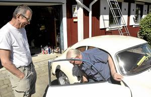 Hemma igen. Nu är Porschen hemma på Hitorp igen efter förra veckans Midnattssolsrally. Torgny Arvidsson och Per-Arne Svensson är nöjda med sin prestation.Arkivbild: Michael Landberg
