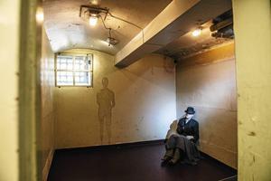 I den gamla arresten sitter en lösdrivare på den hårda golvbädden.