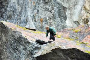 Gustav Hellstrand utforskar den märkliga stenen intill scenen.  Vid första provkonserten 2002 stod kören på stenen och sjöng. Den kommer att användas även vid invigningen men hur är inte riktigt bestämt.