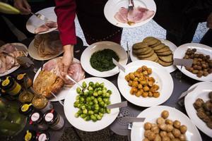 Julborden dignar av mat med diverse ursprung. Miljöpartiet i länet vill göra det lättare för konsumenterna att se varifrån den mat de äter kommer.