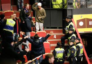 Stökigt. Det var oroligt på läktarna i samband med matchen mellan Brynäs och Djurgården under gårdagen. Några minuter in på matchen tvingades polisen avbryta den sedan smällare hade kastats på hemmaklacken.
