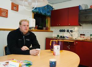 Medan resenärerna handlar kan Fredrik Engström ta det lite lugnt över en kopp kaffe.