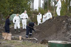 Polisen söker spår efter försvunna Fatima på mark tillhörande 46-åringens gård utanför Västerås.