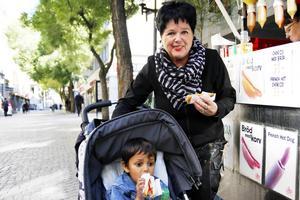 Carina Lindberg, Köping med barnbarnet Hannes från Frösön:   1. Barn- och äldreomsorg   2. Ja, absolut   3. Jag har varit sosse i hela mitt liv