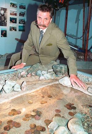 När Sven Olof Zachrisson kom hem till villan i Sandviken på natten till söndagen hade han drabbats av inbrott och blivitav med upp till 2 400 år gamla, oförsäkrade, mynt. Bilden är tagen vid ett tidigare tillfälle, då Sven Olof sitter med Storsjöskatten, som han hittade 1989, och som finns på Länsmuseet.