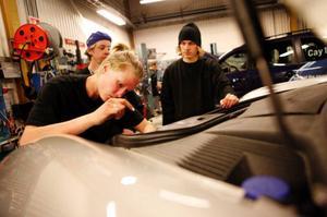 """Malin Bergqvist, årskurs två, fick lära sig hur Porscharna fungerar. """"Oftast brukar vi få serva Volvobilar"""", säger hon. Foto: Jeanette Fundin"""