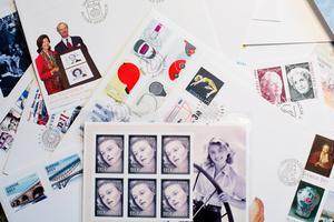 Omkring 500 frimärken har han hunnit göra under karriären.