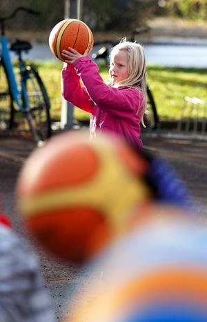 Nova Pettersson Byström i f-klass uppskattade att basketen kom på besök till Gylle skola.