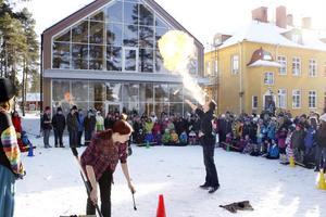 Eldkonstnärerna från Carpe Diem imponerade nästan lika mycket på barnen som den nya gymnastiksalen.
