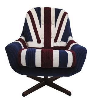 Nödlösning? Brittiska formgivaren Melanie Porter stickade, men halkade in på möbeldesign när hon skulle renovera en gammal stol. Sedan dess har Union Jack-fåtöljer blivit hennes signum.