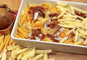 Finland har sin kålrotslåda. Vi föredrar Janssons frestelse. Här väver vi hop rätterna till en frestelse med både potatis, kålrot och ansjovis.