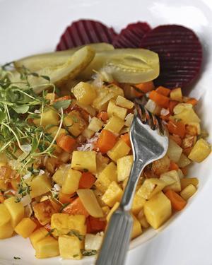 Glöm alla trista pyttar du ätit. Timjankryddad rotsakspytt är en smak- och färgexplosion.   Foto: Dan Strandqvist