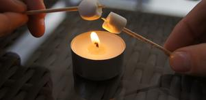 Använd ett värmeljus, en tandpetare och mini-marshmallows. Då behöver du ingen grill till att grilla marshmallows. Mysigt blir det oskså.