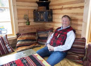 Jonas stortrivs i stugan i Östfjällets fäbod som är inredd i gammal dalastil och allmoge.