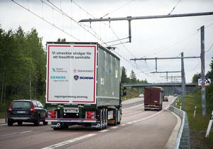 Den eldrivna Scanian kör på elvägen utanför Sandviken. Likt en spårvagn rullar den fram på E 16.