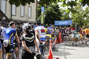 Små justeringar och sista-minuten toalettbesök innan det var dags att ge sig av de 10 milen på cykel.
