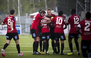 ÖFK-spelarna omfamnar Ammar Ahmed efter 1–1-målet hemma mot Varberg i maj. Ett mål som Jonas Desai utser till säsongens kanon. ÖFK förlorade dock matchen med 1–3.