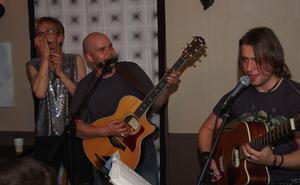 Hjälp. Bandet fick hjälp av Johan Persson som ville vara med och spela munspel.