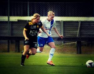 Lina Ohlsson, i vitt och blått, under en av säsongens matcher.