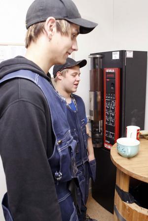 Joel Berg och Magnus Olsson passar på att ta en fika under rasten.