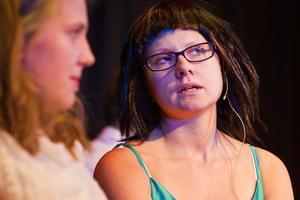 Johanna Lindgren och Jenny Apelgren som barbesökare.