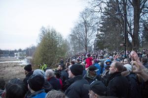 Hundratals personer deltog när brasan tändes.