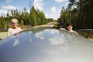 Glada bilister. Numera är en biltur på Losvägen en angenäm upplevelse tycker Losborna Inger Isaksson Granqvist och Ingrid Olsson.