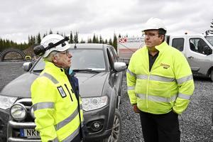 Platschefen Rolf Rubensson, till vänster, och Jan Ottosson från Ottosons åkeri i Strömsund som bygger tio mil vägar i området.