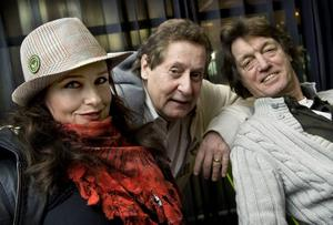 """Regina och gänget. Regina Lund, Lasse Brandeby och Johannes Brost spelar några av rollerna i farsen """"Liket som visste för mycket"""" på turné i vår."""