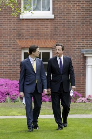 Som gamla kompisar. Liberaldemokraternas ledare och vice premiärminister Nick Clegg tilsammans med premiärminister och de konservativas partiledare David Cameron på en gemensam presskonferens.foto: scanpix