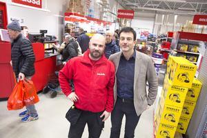 Butikschefen Pavel Lenert och vd Erling Daell kunde glädja sig åt rejäl rusch när Jem & Fix öppnade i Ludvika.