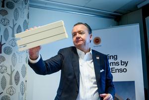 Stora Enso Ala Sågverk Karl-Henrik Sundström visar en fönsterkomponent som kan vara en bricka till framtidens klimatsmarta byggande.