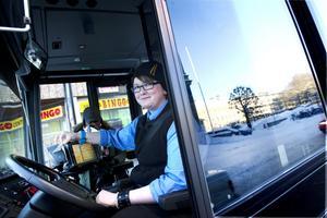 För busschauffören Ida Wennman är det otänkbart att prata i telefon under tiden som hon kör. Dels för att det är förbjudet men framförallt för att hon tycker det är otryggt. – Det är så mycket att hålla koll på även utan telefonen, särskilt på vintern när det är halt och mycket bilar.