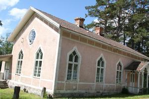 Det rosa gamla brukskapellet står för femte året i rad som värd för Sörfjärdens sommarsalong.