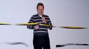 Abbe Ronsten klipper band och inviger den digitala tekniken på biografen i Folkets hus i Säter, i oktober 2012.