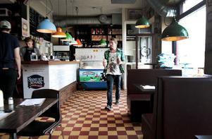 Flippin Burgers ligger i en gammal mejeributik med inredning från Blocket och grislampor av plåt.