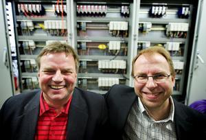 Leif Andersson och Mats Karlsson startade 1992 AB Tändkulan. Sedan dess har företaget femdubblat sin personal och i dagarna rodde de hem en prestigeorder värd 12 miljoner kronor. I bakgrunden ses det styrsystem som snart ska levereras till landets största biogasverk. Foto:Mattias Nääs