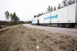 Vägbanan är mellan 6 och 9 meter bred mellan Hedesunda och Valbo. Sträckan från Hedesunda till Lomshed ska rätas och breddas. Norrut från Lomshed tar två av de tre alternativen vid.