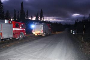 Räddningstjänstens stora fordon blev kvar på Fröåvägen. Räddningsledaren bedömde att det var bäst att inte köra dem på den smala vägen ner till huset, risken för att de skulle fasta var för stor.