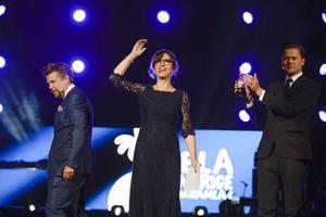 Programledarna Filip Hammar, Petra Mede och Fredrik Wikingsson jublade på scen under insamlingsgalan Hela Sverige Skramlar i Globen i Stockholm.
