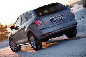 Mazda CX-7 i ny upplaga behåller sitt karaktäristiska formspråk men har fått lite nya designelement i fronten. Men det mest intressanta syns inte – en ny dieselmotor. Foto: Rolf Gildenlöw