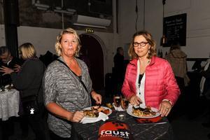 Kristina Sjöström och Anita Kiuttu fick biljetter sent och hade dålig koll på handlingen men njöt i fulla drag av kvällen.