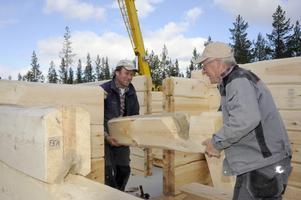 Simon Hallstensson och Jarle Mosshäll lyfter de stora stockarna på plats. Foto:Nisse Schmidt