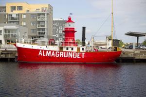 Fyrfartyget Almagrundet är byggt 1896 i Gävle. Nu har tjuvar tagit med sig originaldetaljer efter räder på fartyget två nätter i rad.