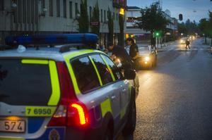 Polisen stoppar en bil med för många passagerare i.